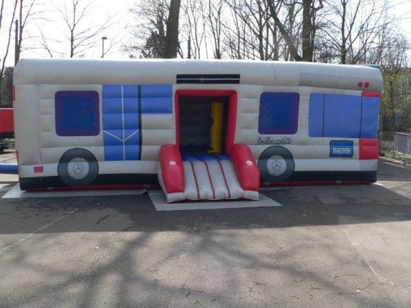 Große Hüpfburg im Busdesign