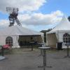 Pagodenzelt neben Festzelt mit Stehtischen und Bierzeltgarnituren